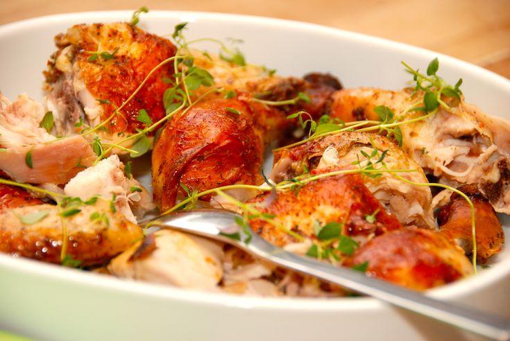 Opskrift på hel kylling med karrysovs. Kyllingen steges i stegepose i ovnen, og serveres med kogte ris og en god karrysovs. Til en ovnstegt hel kylling med karrysovs til fire personer skal du bruge…