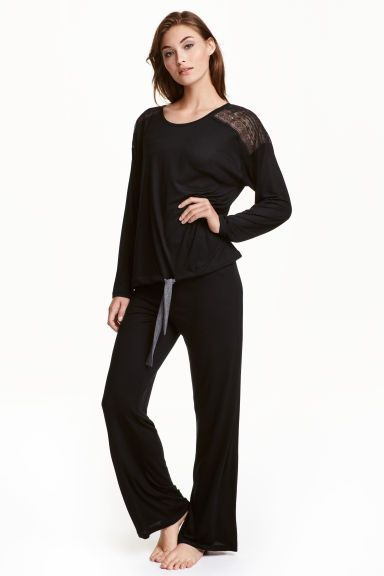 Ensemble de pyjama: Pyjama en jersey de viscose souple. Haut à manches longues avec empiècement d'épaules en dentelle et lien de serrage à la base. Pantalon avec élastique à la taille et jambes droites.