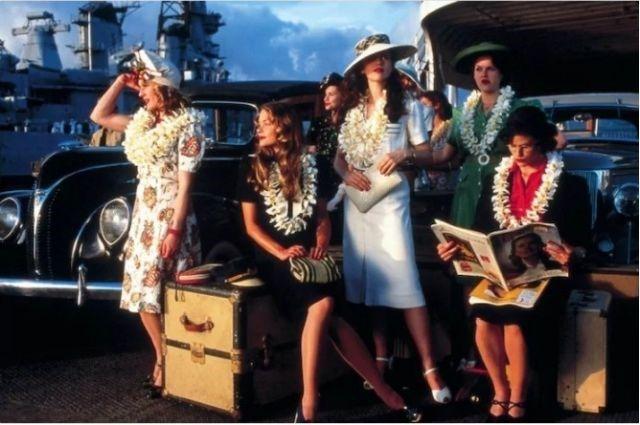 """Até a década de 1940, as mulheres não costumavam exibir suas pernas, por isso o figurino feminino de """"Pearl Harbor"""", filme que se passa em 1941, está um pouquinho fora da realidade."""