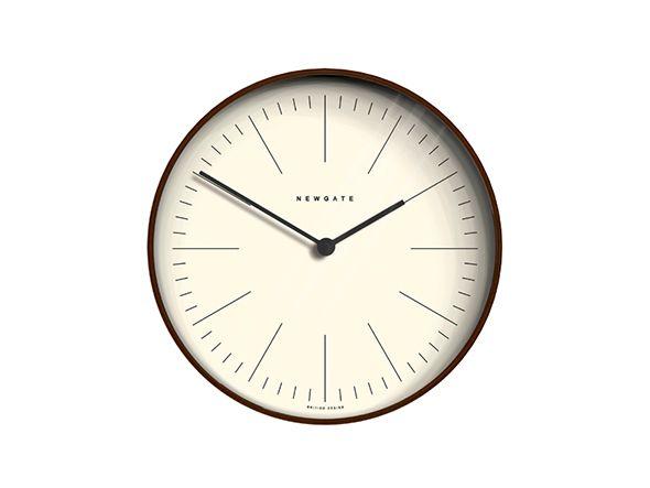 文字盤や針をすっきりとしたラインで表現した掛け時計。ミニマルなデザインは合わせるテイストを選ばず多様な空間に溶け込みます。フレームには合板が用いられ、特有の断面層がデザインとして取り入れられているのが特徴。ダークカラーのウッドはモダンな佇まいの中にどこ…