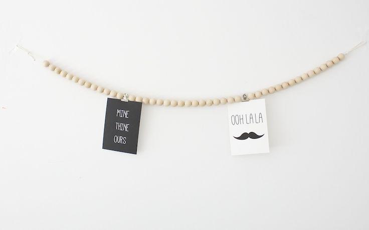 Woonkettingen worden steeds populairder. Het zijn de perfecte kettingen om je mooiste foto's of kaartjes aan op te hangen.  Te koop op www.koetjesenkaartjes.nl