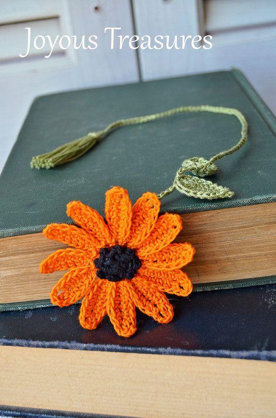 Marcador a mano ganchillo hecho a mano flor marcador naranja Daisy flor algodón marcador, marcador de fibra. Este marcador de flor de ganchillo hecho a mano es una hermosa Margarita naranja calabaza. El centro es negro rodeado de pétalos naranja oscuros. Esto es una gran manera de añadir encanto caída a su lectura! La flor mide cerca de 2,5 pulgadas a través. Mis Favoritos de ganchillo hecho a mano son perfectos para regalar así! Ideal para maestros, las madres, las damas de honor…