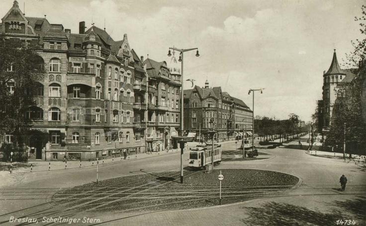 To jest plac Grunwaldzki, aż trudno w to uwierzyć, nie? :-) Widok od strony mostu Grunwaldzkiego- po prawej wylot ul.M.C.Skłodowskiej, po lewej ul.Szczytnicka - w tle po lewej wlot ul.Piastowskiej - na wprost pl.Grunwaldzki - kierunek na most Szczytnicki.Lata 1935-1942