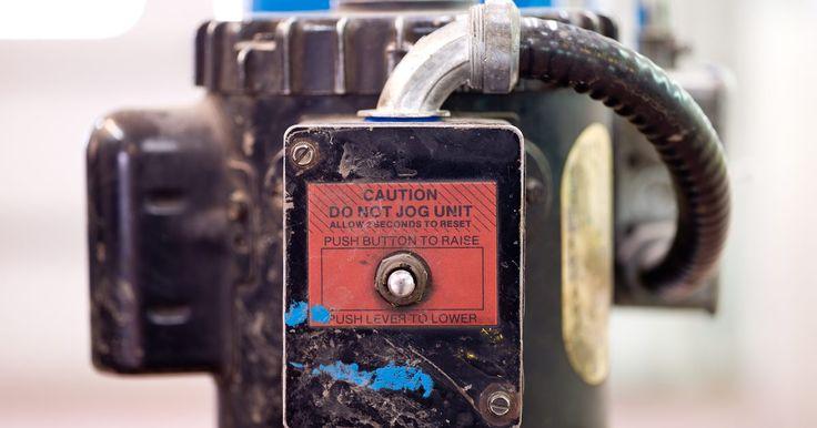 Como iniciar o campo de um gerador sem escovas. Um gerador elétrico sem escovas depende do magnetismo residual no rotor para iniciar a construção da tensão no estator. Quando isso acontece, uma pequena corrente flui do estator para um campo de bobina a fim de induzir a potência de saída total. Mas, às vezes, um gerador perde o magnetismo residual e não consegue iniciar a produção de energia. ...