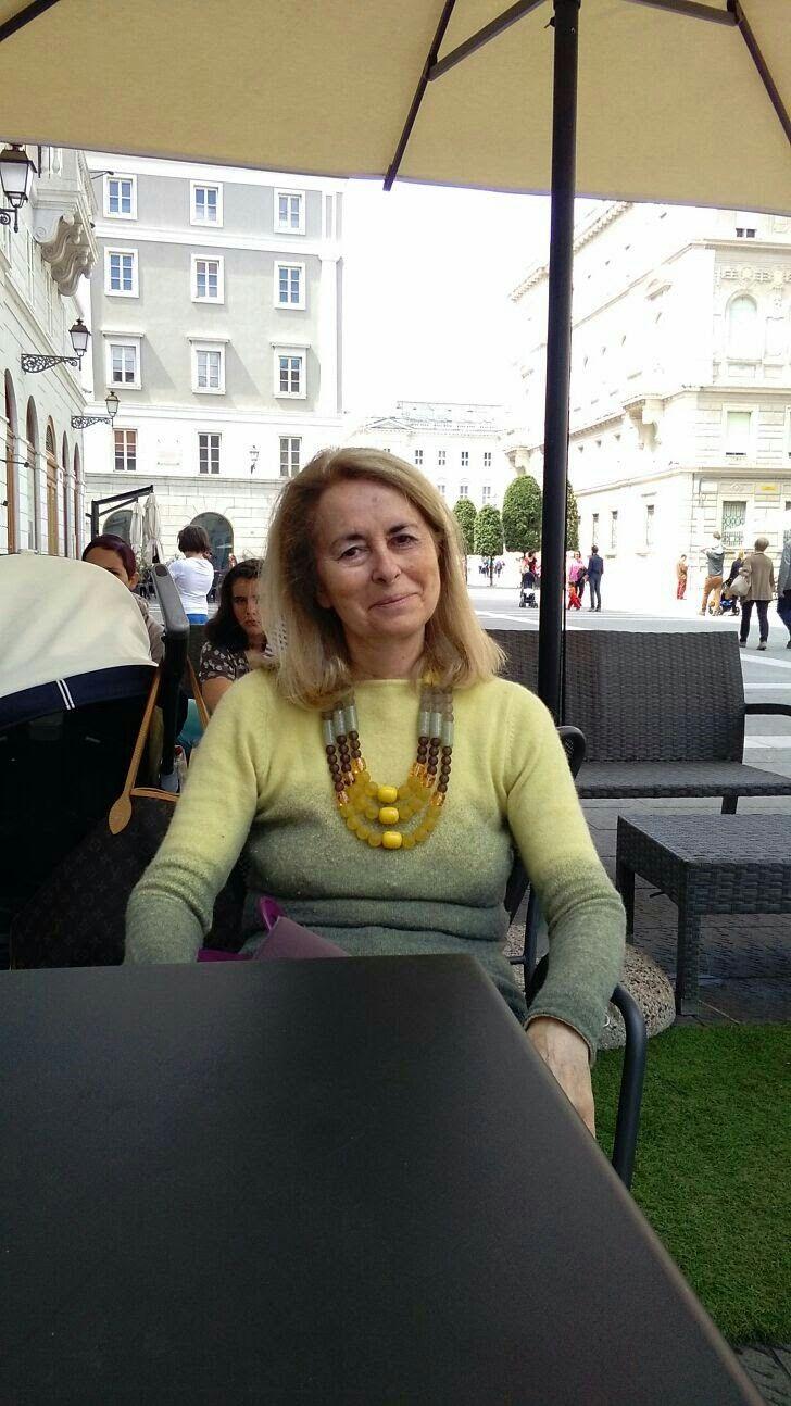 Bella donna mia madre, con questa collana e' anche molto elegante