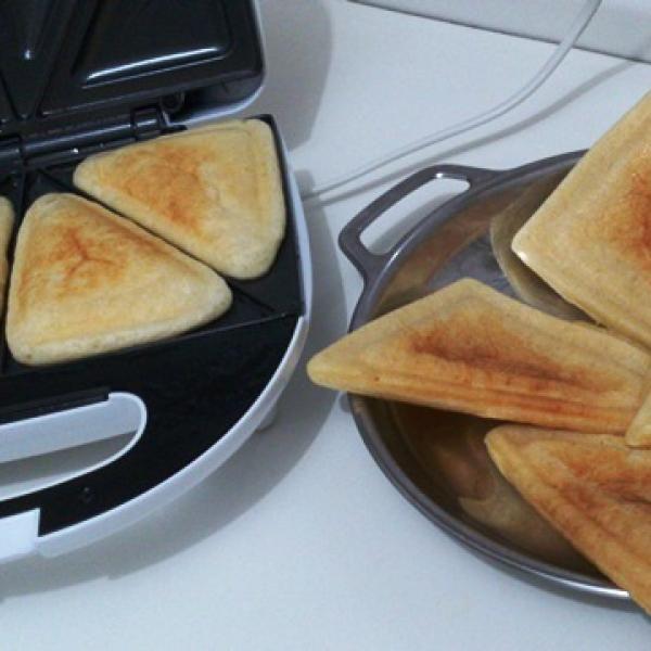 Receita de Pão de Queijo de Sanduicheira - 1 xícara (chá) de leite, 1 xícara (chá) de Óleo de girassol, 3 unidades de ovo, 2 xícaras (chá) de polvilho azedo...