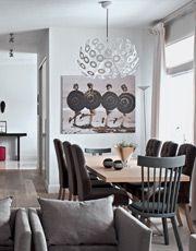 Открытое пространство гостиной и кухни–столовой.  Кухня, MK Kitchens. Обеденный стол, стулья в обивке, Marie's Corner.Два разных стула, Gervasoni