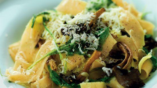 Stek svampen i olivolja några minuter. Lägg i vitlök och fräs ytterligare någon minut. Häll på vin och låt koka ihop någon minut. Blanda med nykokt pappardelle, rucola och parmesanost. Smaka av med vit tryffelolja, salt och svartpeppar.