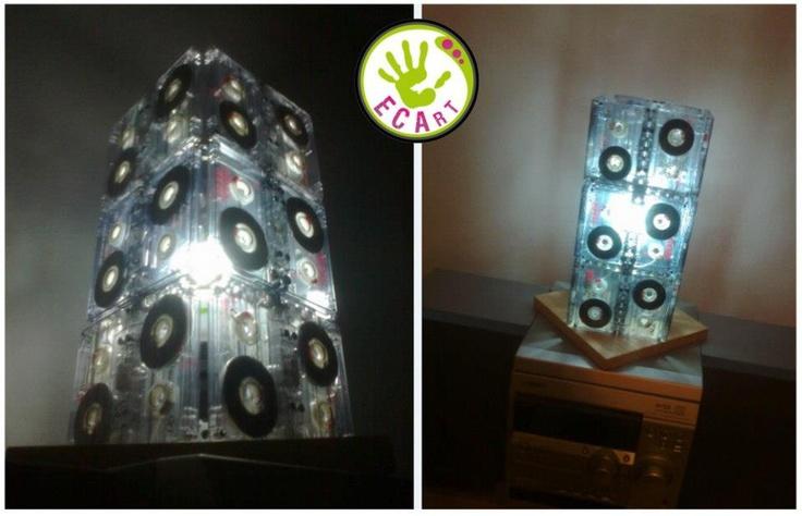 lampada fatta con music cassette vecchie.