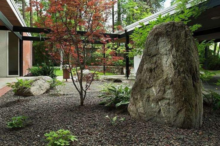 jardin japonais avec gravier, rocher et érable du Japon