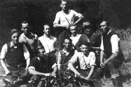 """Sierpień 1950. Oddział PAS Okręgu NZW Rzeszów, dowodzony przez Adama Kusza """"Garbatego"""". Od lewej: Tadeusz Haliniak """"Opium"""", Adam Kusz """"Garbaty"""", Wiktor Pudełko """"Smutny"""", Józef Kłyś """"Rejonowy"""", Stanisław Marciniak """"Siew"""", NN """"Cichy"""", NN """"Ponury""""."""