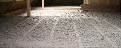 Isolation des sols et des planchers : la mise en œuvre des isolants en vrac (ouate de cellulose, fibres de coton recyclés et fibres de bois) par soufflage est recommandé pour les surfaces horizontales