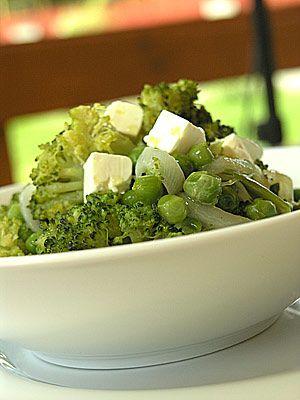 Zielone warzywa z patelni wzbogacone fetą