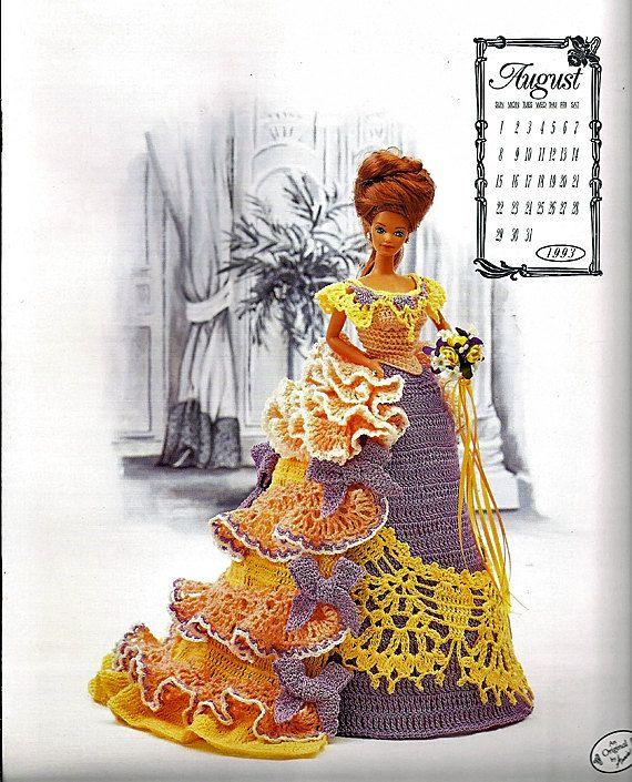 Deze prachtige jurk is een prachtige kanten kraag met geen mouwen een een gegolfde trein en drukte. Perfect voor een kopje thee in de zomer. Instructies voor het kussen formulier hieronder, gown, bustle ruches en trainen lace opgenomen. Past een pop 11 1/2.  Conditie: Als nieuw. Ontworpen door Annie Potter Gepubliceerde 1993 Paginas: 7 Grootte 10 gehaakte katoenen draad gebruikt.  Deze aanbieding is voor de patronen alleen, niet de voltooide artikelen of materialen die nodig zijn voor he...