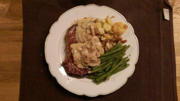 Steak mit Bratkartoffeln, Champignonrahmsauce und Bohnen