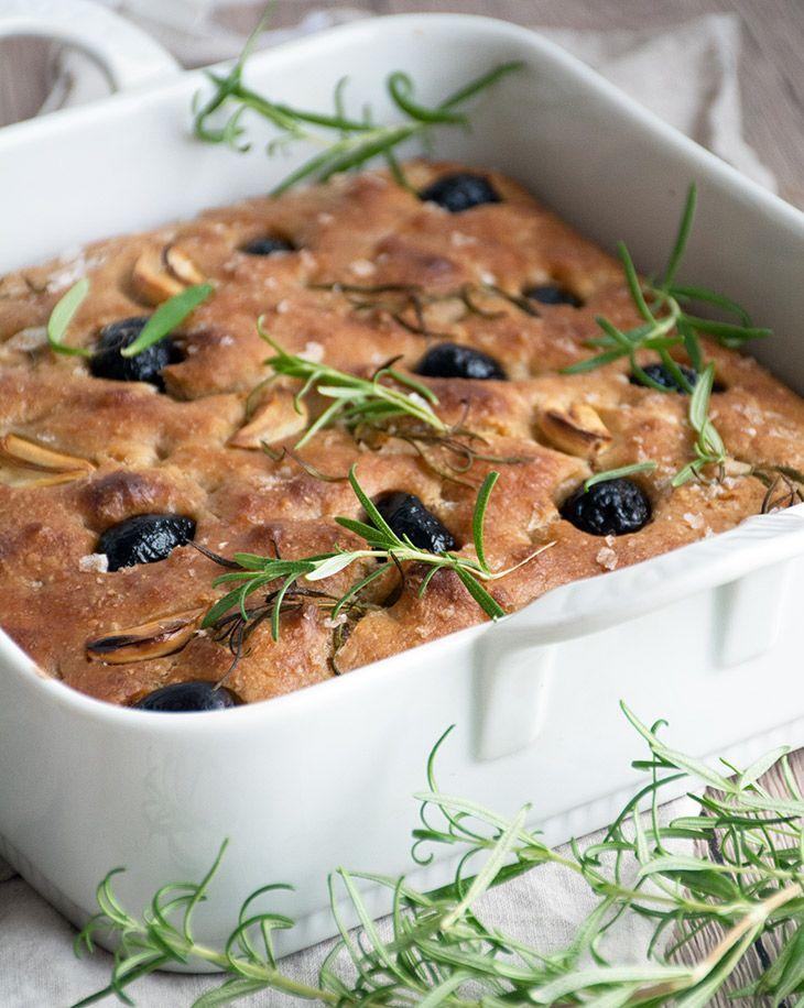 Opskrift på skønt hjemmebagt og nemt foccacia brød med god smag fra rosmarin, hvidløg og salg - samt forslag til variation - få opskriften her