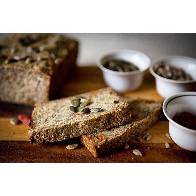 Bezlepkovy, zato zdravim nabity ultra jednoduchy seminkovy chleba! S psylliem (maly velky zazrak pro nase streva a skvely pomocnik v bezlepkovem peceni), dynovymi a slunecnicovymi seminky a kustovnici cinskou. Bonus navic: zadne kvasky, kynuti a nervozita! Tenhle chleba upece kazde male dite. Vsadite se?  recept na blogu www.vylizanytalir.cz #bezlepek #bezlepku #varimebezlepku #pecemebezlepku #bezlepkovychleba #bezlepkoverecepty #zdravastrava #jimezdrave #consciouseating #counsciousliving…