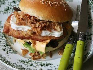 Burger au poulet, chèvre et oignons croustillants (Buns maison)