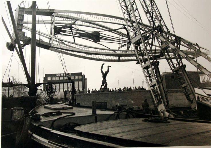 1957 Het beeld van Naum Gabo voor op de Coolsingel komt aan in de Rotterdamse haven (Leuvenhaven?) van N.V. Constructiewerkplaats en Machinefabriek Hollandia te Krimpen a/d IJssel.