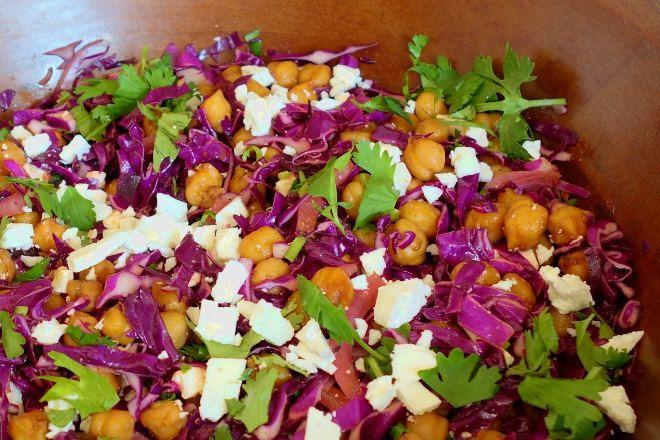 Krydrede kikærter med rødkål og feta - Min sommers grove salater