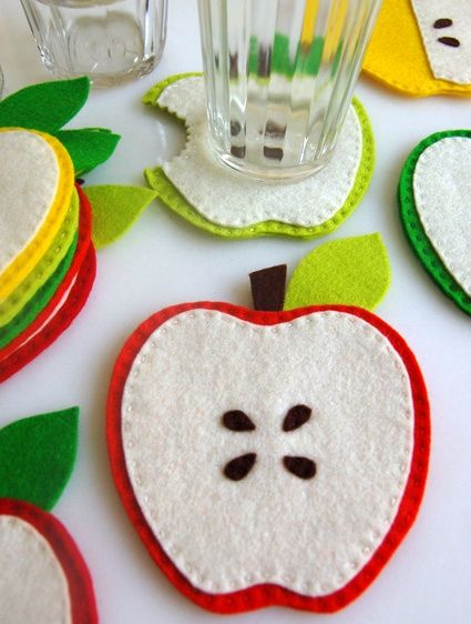DIY felt apple coasters! This is such a simple idea! Quick and easy with a sewing machine and soo cheap- major profits here me thinks! :p
