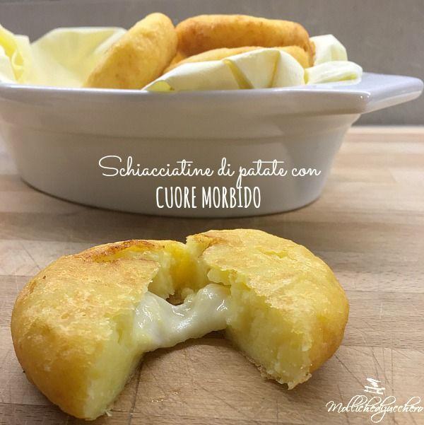 Oggi portiamo in tavola le schiacciatine di patate con cuore morbido, dei soffici bocconcini di patate con un ripieno filante, una ricetta adatta a buffet
