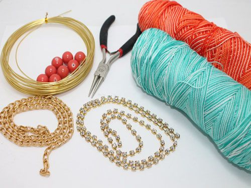Materiales:      - Hilos de algodón de 2 colores diferentes      -Cadenas doradas      -Cadena de strass      -Alambre de aluminio dorado de 1 mm      -Abalorios o cuentas                  Realizamos una trenza gruesa con los hilos de algodón, tejemos la cadena ...