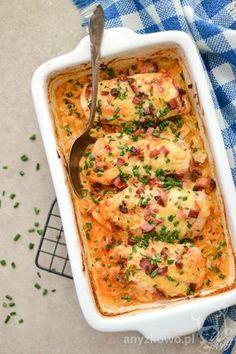 Filet zapiekany z białą kapustą Składniki : 2 pojedyncze filety z kurczaka, sól, pieprz, słodka papryka, ser w plastrach Mo...