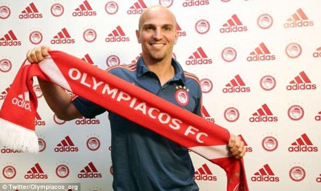 Esteban Cambiasso has completed a move to Greek side Olympiacos on a free transfer - 2015