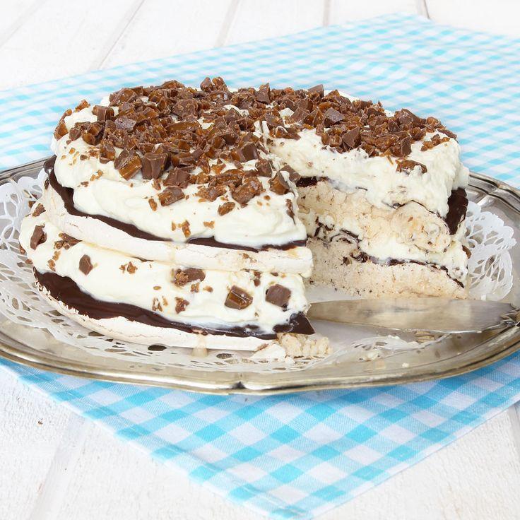 Frasiga marängbottnar penslade med choklad, fluffig vispgrädde med knäckig Diam. Ljuvligt gott!
