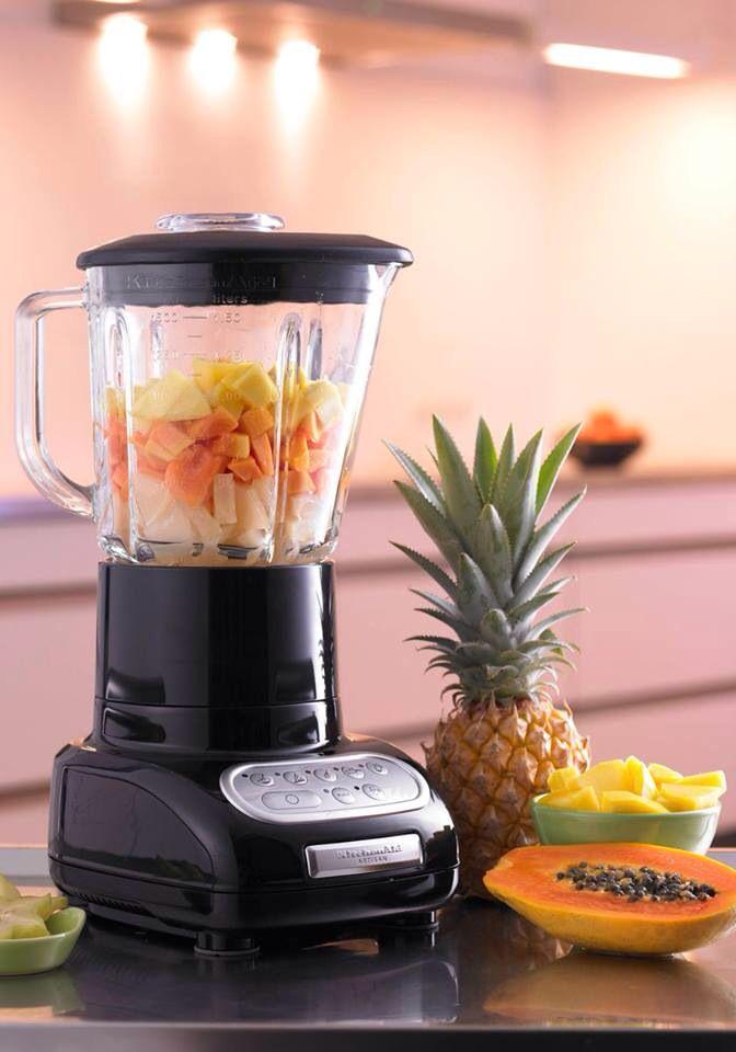 Smoothie: 1/4 Ananas, 200ml Kokoswasser, 1 kleine Papaya, 1/2 Limette, 250g Joghurt, 2EL Kokoschips (anrösten zum Garnieren)
