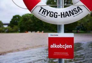 vinjournalen.se -   : Promillekoll på badplatser |  Undersökningar visar att varannan person som drunknar i Sverige har druckit alkohol och fyra av tio personer tycker att det är okej att dricka alkohol när de badar. För att försöka att minska antalet drunkningsolyckor i sommar kommer försäkringsbolaget Trygg-Hansaatt sätta upp alkoholmätare vid... https://www.vinjournalen.se/nyheter/2017/06/19/promillekoll-pa-badplatser/
