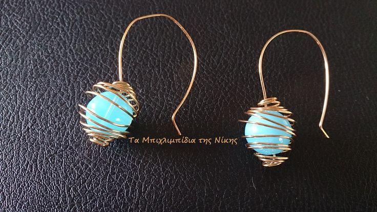 Σκουλαρίκια από επίχρυσο σύρμα και γαλάζιες γυάλινες πέτρες..!!