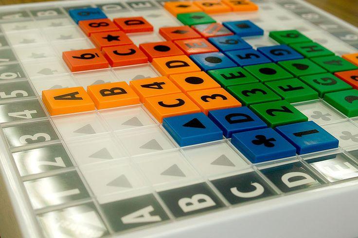 ブロッカーズ! 評価:7/10 自分のタイルをつなげてグループを少なくする陣取りゲーム。 ・ タイルは1~9、A~I、9種類の図形、ジョーカー1枚の計28枚。 自分の色のタイル28枚から5枚を手札。 手番では、1プレイ1ドロー。 タイルは、数字なら対応する縦列、アルファベットなら対応する横列、図形なら対応するエリアに置くことが出来る。 ・ これを繰り返して、最終的に自分のブロックで形成されたグループの数がマイナス点になる。 つまり、最高得点は全部のタイルがつながった状態で、マイナス1点。 ・ あと...