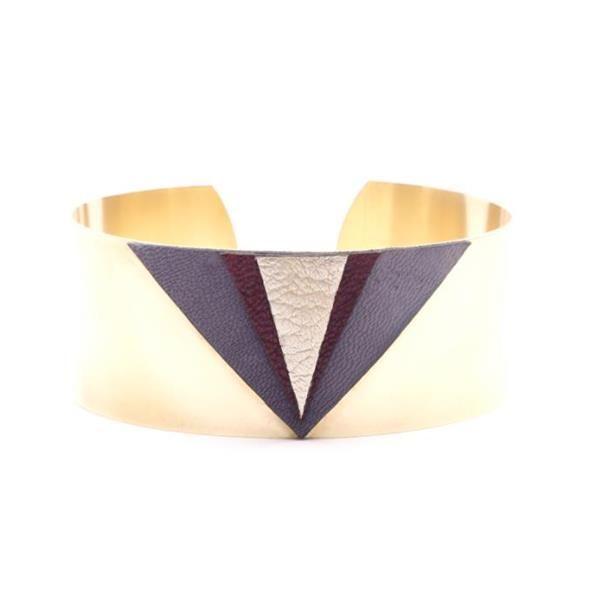 Manchette fine en laiton et triangles en cuir superposésManchette avec triangles superposés, en cuir de couleur gris mat, violet et argentBase en laiton brutTour de manchette 150mm avec large ouverturelargeur de manchette : 30mmgaranti sans nickel et sans plomb