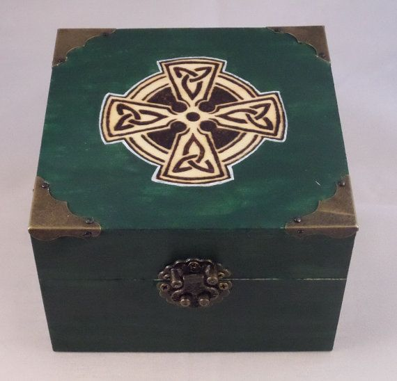 Holztruhe mit Metallbeschl�gen - keltisches Kreuz - gr�n