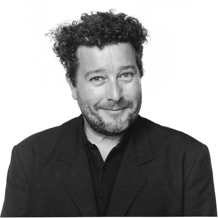 """Philippe Starck, nacido en París en 1949, se encuentra entre los diseñadores más originales del momento. Se define como """"un arquitecto japonés, un decorador americano, un diseñador industrial alemán, un director artístico francés, un diseñador de muebles italiano"""".  JUICY SALIF es un exprimidor que diseñó para Alessi, este producto tan revolucionario fue delineado, en sus rasgos esenciales, en una servilleta de una pizzería durante unas vacaciones en el mar."""