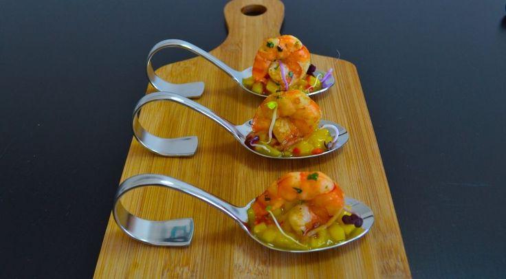 Fruchtig und pikant wird es auf diesem Löffel: Der Chili, die saftig-süsse Mango und der erfrischende Koriander sind genau die richtigen Geschmacksbegleiter für die mit Soja-Sauce verfeinerten Scampi. Ein Leckerbissen für Liebhaber der asiatischen Küche.