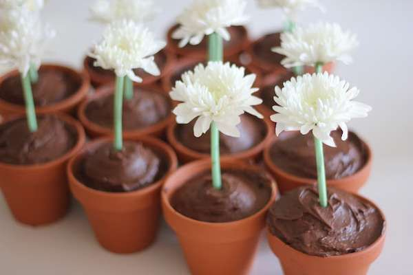 These Flower Pot Cupcakes Are the Perfect Way to Welcome Spring #food trendhunter.com
