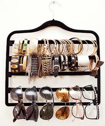 ハンガーにブレスレットやサングラスをかけて収納。機能的で取り出しやすいので、今すぐにでも真似できそう。