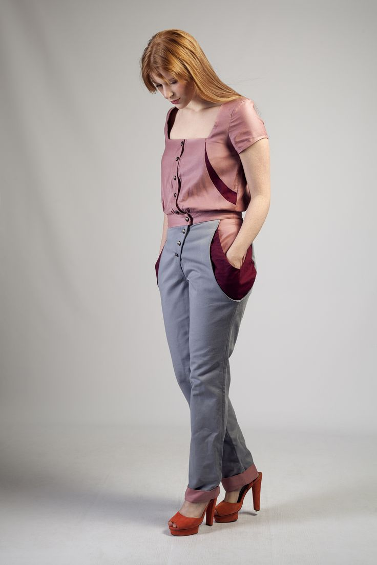Gray and pink jumpsuit. Large pocket at sides. Backhand down pants.  More information on website : www.labyrinthine-paris.com