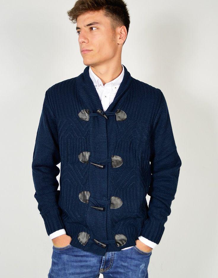 Cárdigan de punto grueso azul con botones en madera y acabados de canalé para hombre joven.  #Cardigan #Jersey #Jerseydepuntogrueso #Modaonline #Tiendaonline #Modajoven #Tiendas13 http://tiendas13.com/sueteres-y-cardigans/2724-cardigan-de-punto-grueso.html
