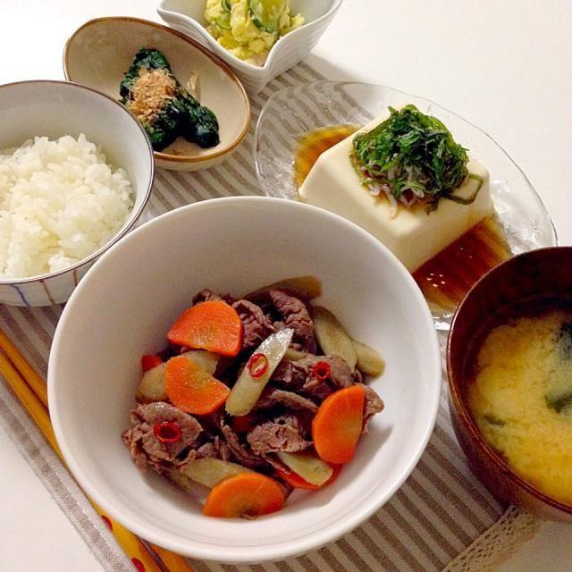 今日のお味噌汁のお味噌は友達が作った手作りお味噌です✨ 牛肉入りきんぴらは肉が入るだけで子供が食べるのでありがたい。。めんつゆで簡単に味付けです❗️ - 27件のもぐもぐ - 牛肉入りきんぴら・ほうれん草お浸し・冷奴(しらす&青じそ)・お味噌汁(揚げ×わかめ) by accachan096Y1
