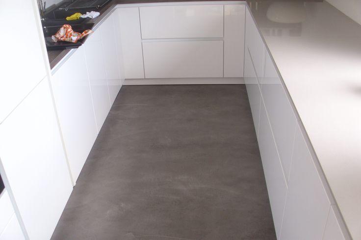 Hochglanz-Küche + Beton Cire Boden