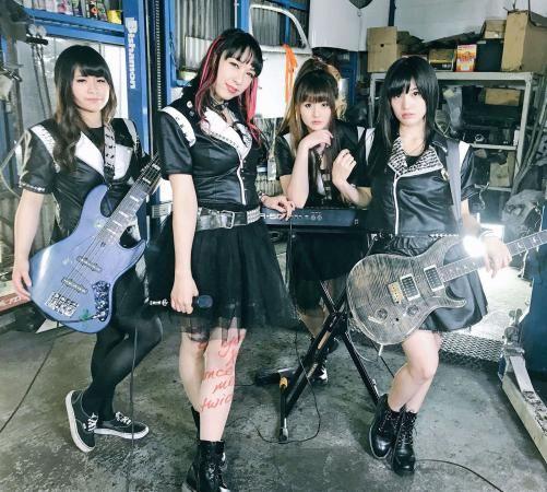 4人組ガールズバンド、ヘルダーリンズ。左からグッチ、キラ☆アン、AKI、たかしょー