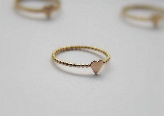 The product Eén ring met een hartje, gemaakt van geel goldfilled - symbool van liefde - voor jezelf, je partner, je beste vriendin of je bruidsmeisjes is sold b  Tictail lets you create a beautiful online store for free - tictail.com