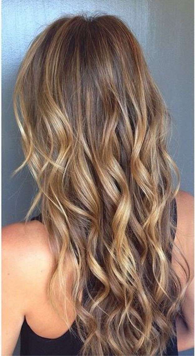 Tonalidades de rubio para el cabello: fotos de los looks - Pelo rubio ondas mechas miel y cobrizas