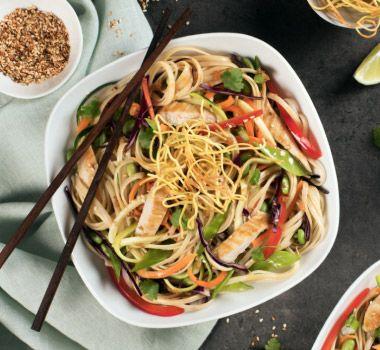 Prêtes en moins de 30 minutes, ces délicieuses pâtes sans gluten au poulet et edamames plairont à vos invitez à coup sûr!