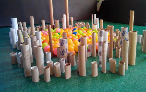 Pelotas y tubos de cartón