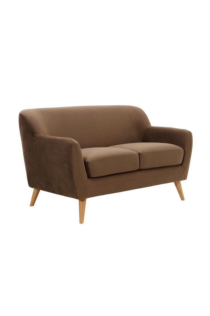 Yksivärinen, neutraali sohva. Ajaton malli, joka tekee huoneesta kodikkaan.